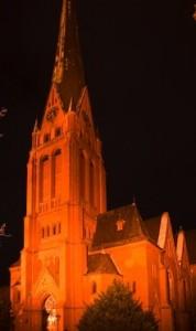 Kirche ohne stürzende Linien nach Korrektur mit Photoshop CS