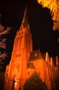 Kirche mit stürzenden Linien