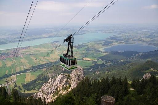 Die Tegelbergbahn in Fahrt bergaufwärts