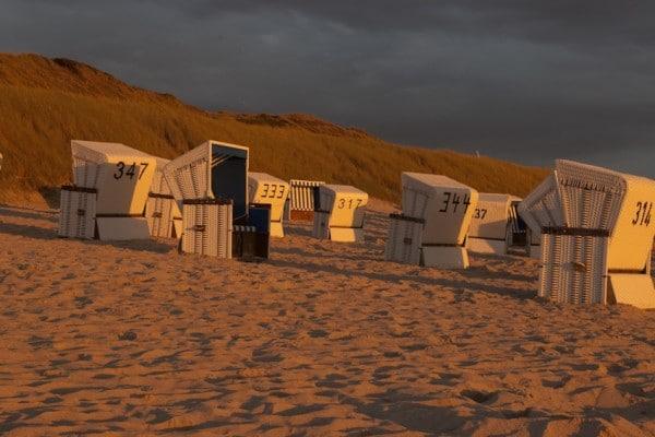 Strandkörbe in Wenningstedt bei Sonnenuntergang
