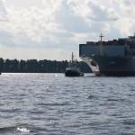 Moderner Schlepper zieht Containerschiff