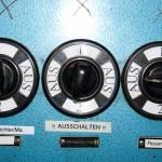 Steuerinstrumente im Maschinenraum der Fairplay VIII