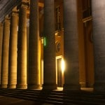 Bezirksregierung Oldenburg bei Nacht Säulen von vorne