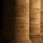 Bezirksregierung Oldenburg Säulen bei Nacht