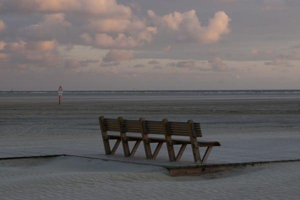Bank am Strand von St. Peter-Ording bei Sonnenuntergang