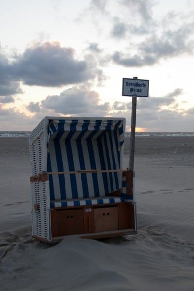 Strandkorb am Strand von St. Peter-Ording an der Strandkorbgrenze