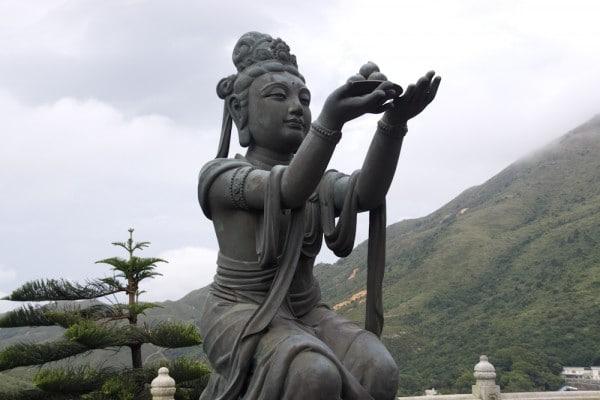 Buddhistische Statue beim Tian Tan Buddha auf Lantau Island