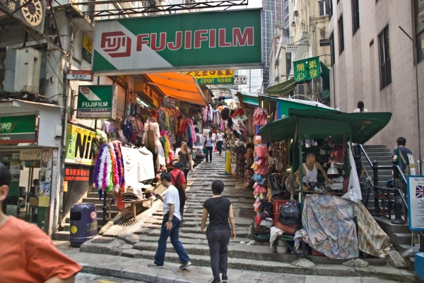 Straßenmarkt in einer Seitenstraße in Hong Kong