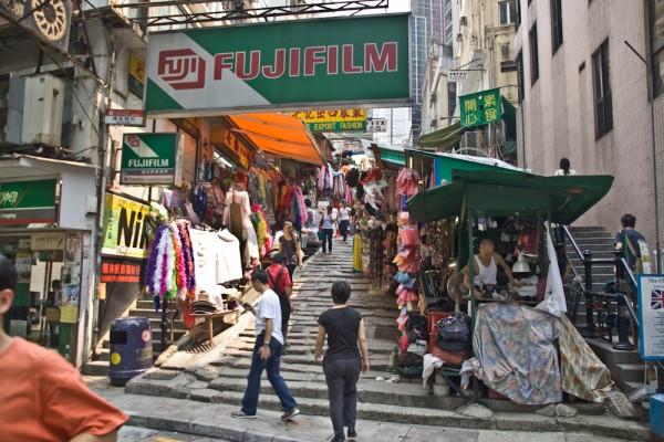 Seitengasse in Hong Kong mit zahlreichen Warenständen