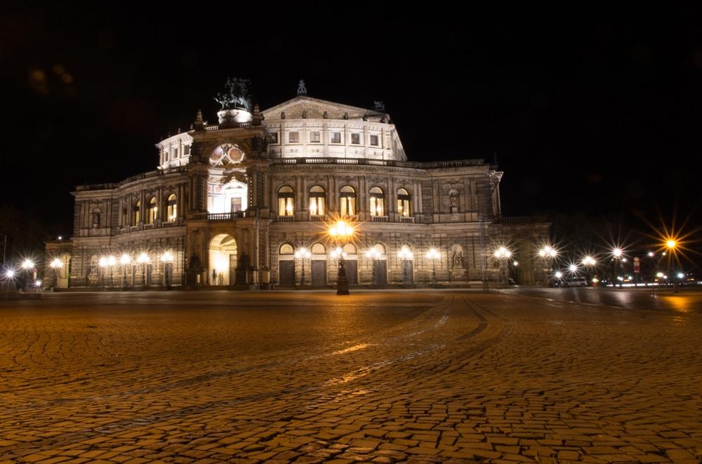 Dresdener Semperoper vom Theaterplatz aus fotografiert