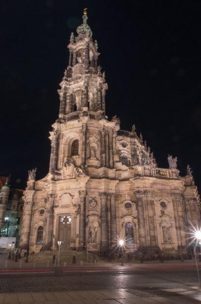 Dresdener Hofkirchd bei Nacht von vorne fotografiert