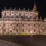 Dresdener Frauenkirche mit S-Bahn bei Nacht