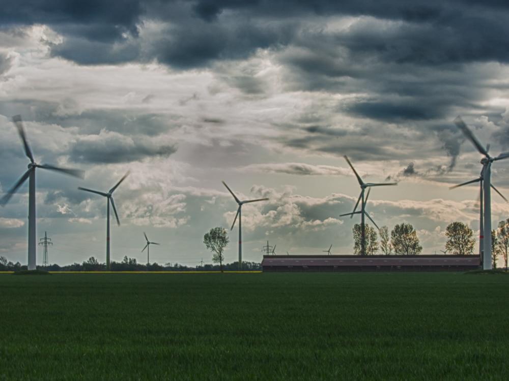 Windräder bei Carolinensiel - aufgenommen mit Nikon Coolpix P340 und dem integrierten Graufilter