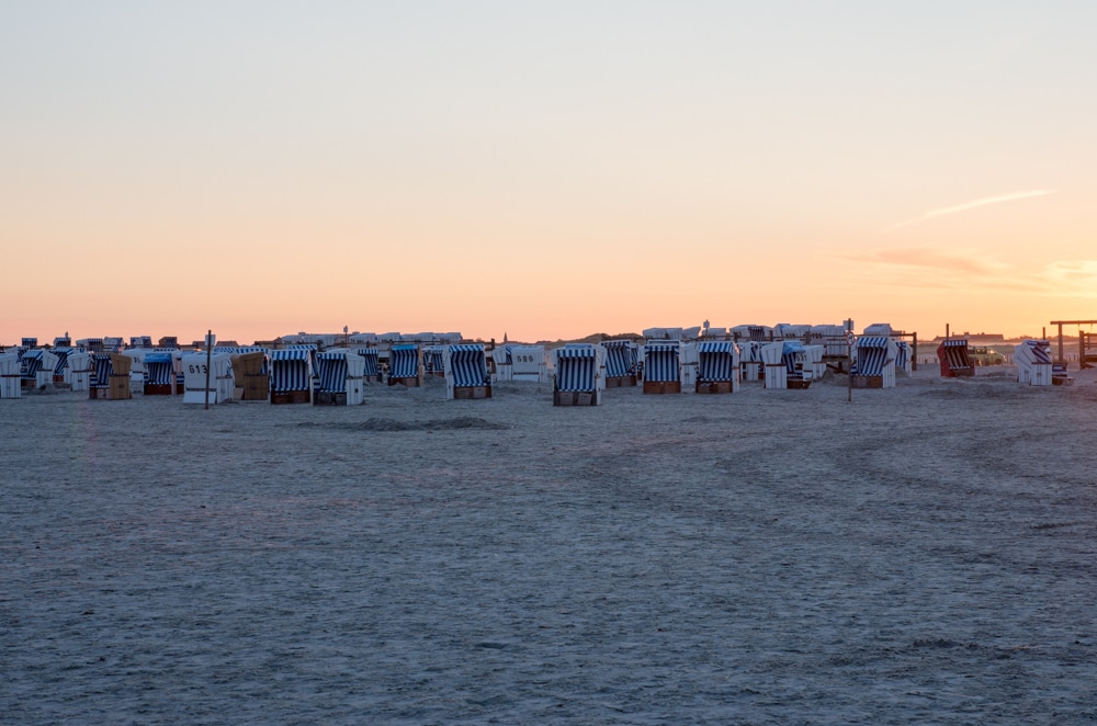 Strandkörbe bei Sonnenaufgang