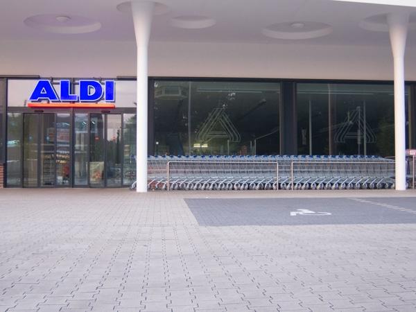 Leerer Aldi-Parkplatz