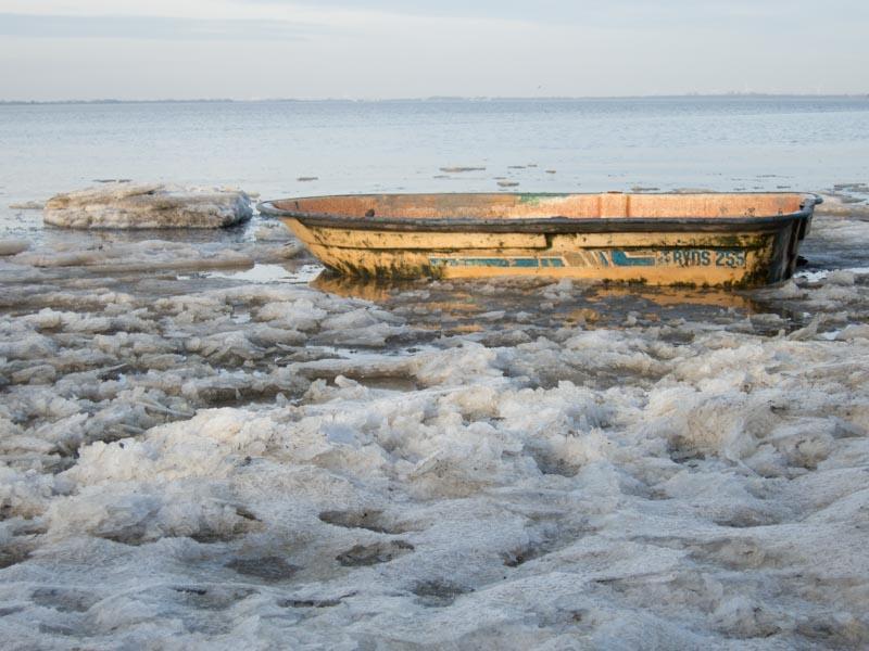 Altes Boot im vereisten Schlick in Dangast